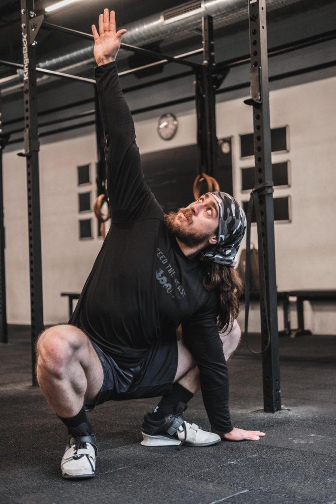 sporcu esneklik ve mobilite hareketleri yapıyor