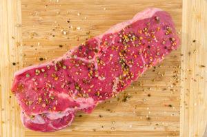 protein denince akla en fazla gelen besin kırmızı et, üzerinde baharatla beraber