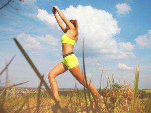kadın sporcu recovery amacıyla esneme egzersizleri yapıyor