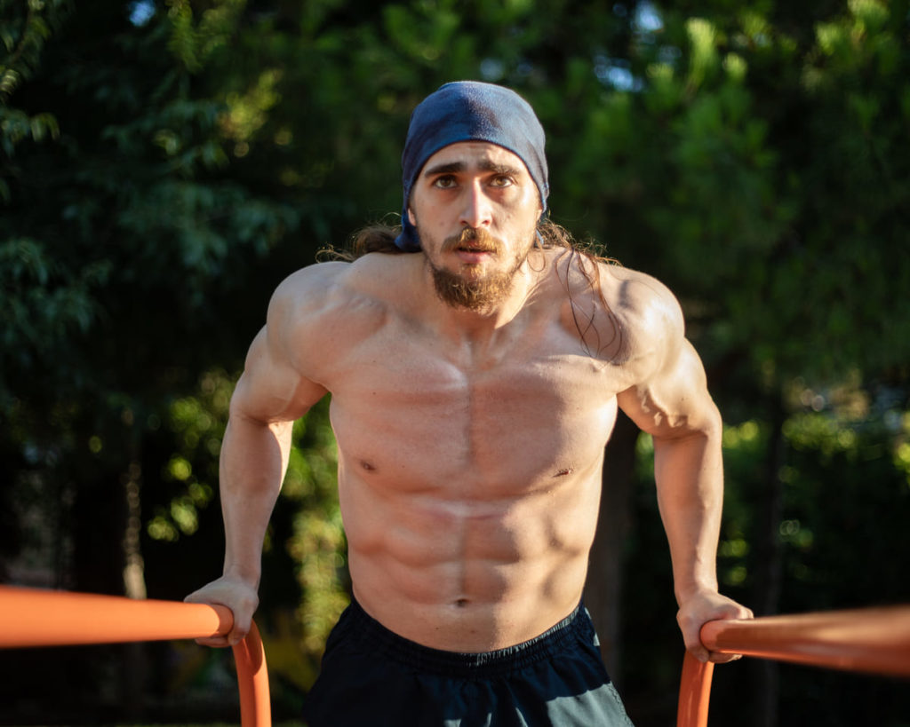 Fitness ve vücut geliştirme kas ağrısı ve gelişim.